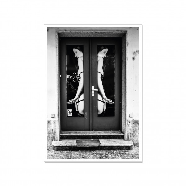 Postkarte hoch, Streetart, TWO GIRLS ONE DOOR