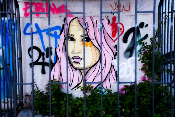 17;30 miniART quer, GIRL BEHIND A FENCE