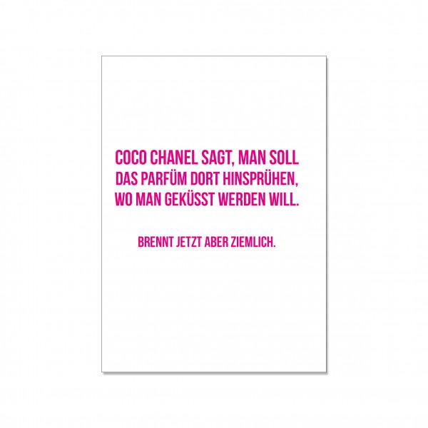 Postkarte hoch, COCO CHANEL SAGT, MAN SOLL DAS PARFÜM DORT HINSPRÜHEN, WO MAN GEKÜSST WERDEN WILL. B