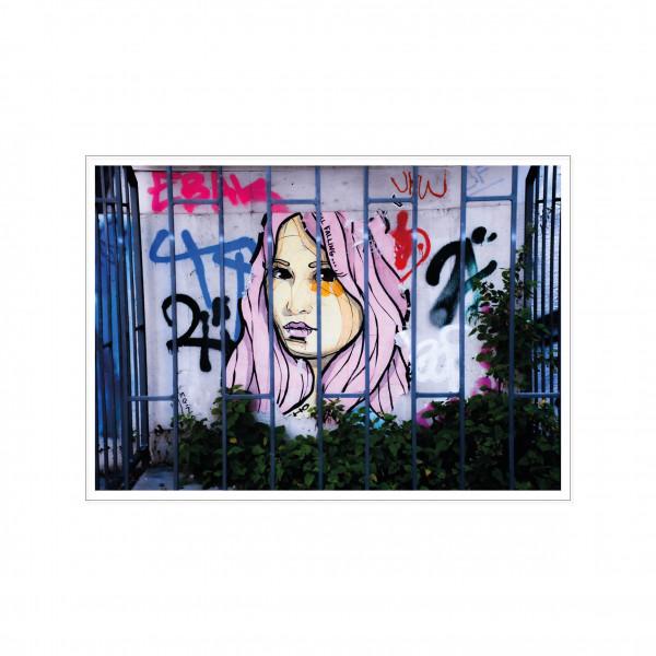 Postkarte quer, Streetart, GIRL BEHIND A FENCE