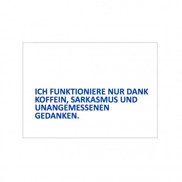Postkarte quer, ICH FUNKTIONIERE NUR DANK KOFFEIN, SARKASMUS UND UNANGEMESSENEN GEDANKEN, blau