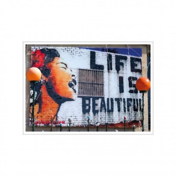Postkarte quer, Streetart, LIFE IS BEAUTIFUL